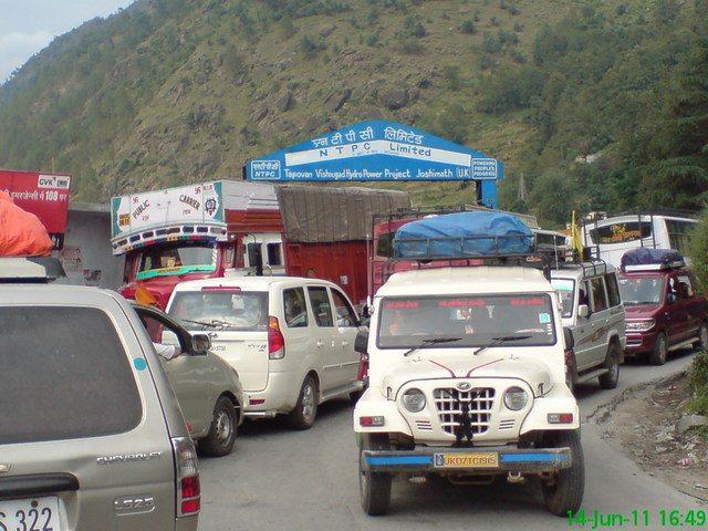 जोशीमठ के पास रास्ते मे ट्रैफिक जाम