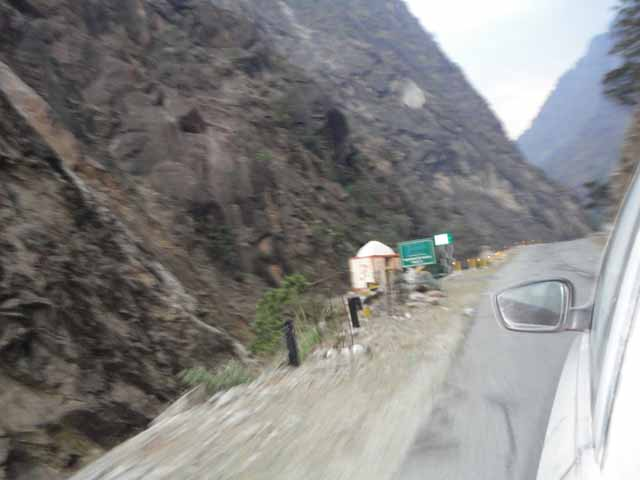 Narrow road & sharp turns from Joshimath to Badrinath Ji