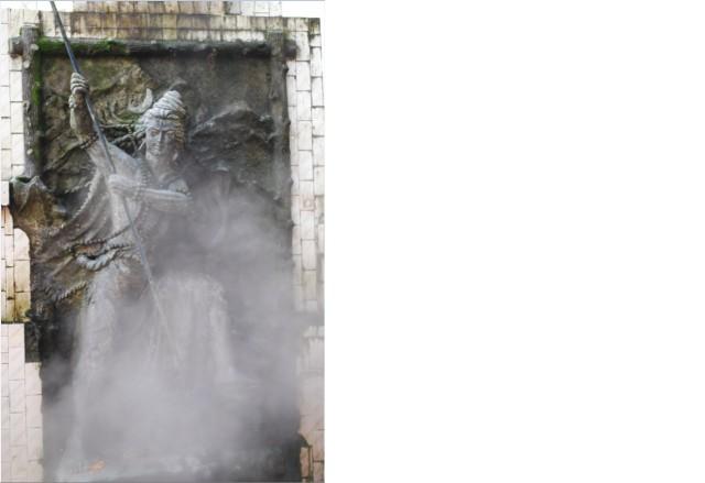 मंदिर के दीवार पर शिव प्रतिमा। धुएँ से अंदाजा लगा लो कि कुंड का पानी कितना गर्म है।