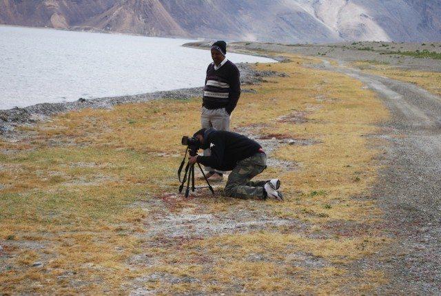 फोटो मे फोटो लेते हुए मनोज और अंकल।