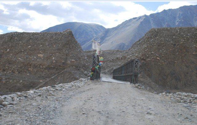 दो पहाडों को जोड़ता हुआ लोहे का पुल।