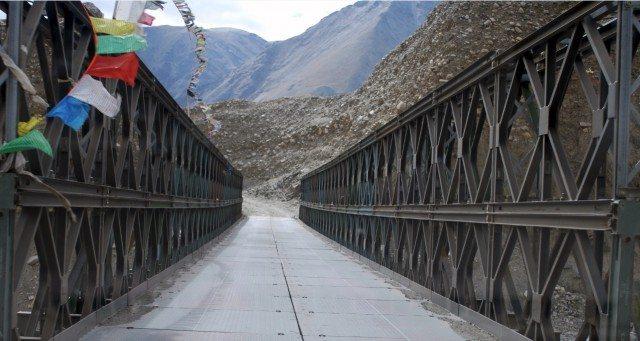 पुल पार करते हुए।