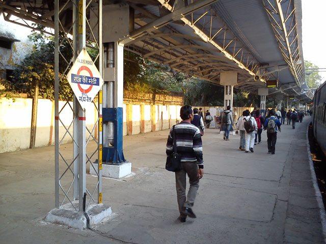 आगरा में ट्रेन रुकी तो प्लेटफॉर्म पर उतर कर दूर से ही रितेश गुप्ता का स्मरण