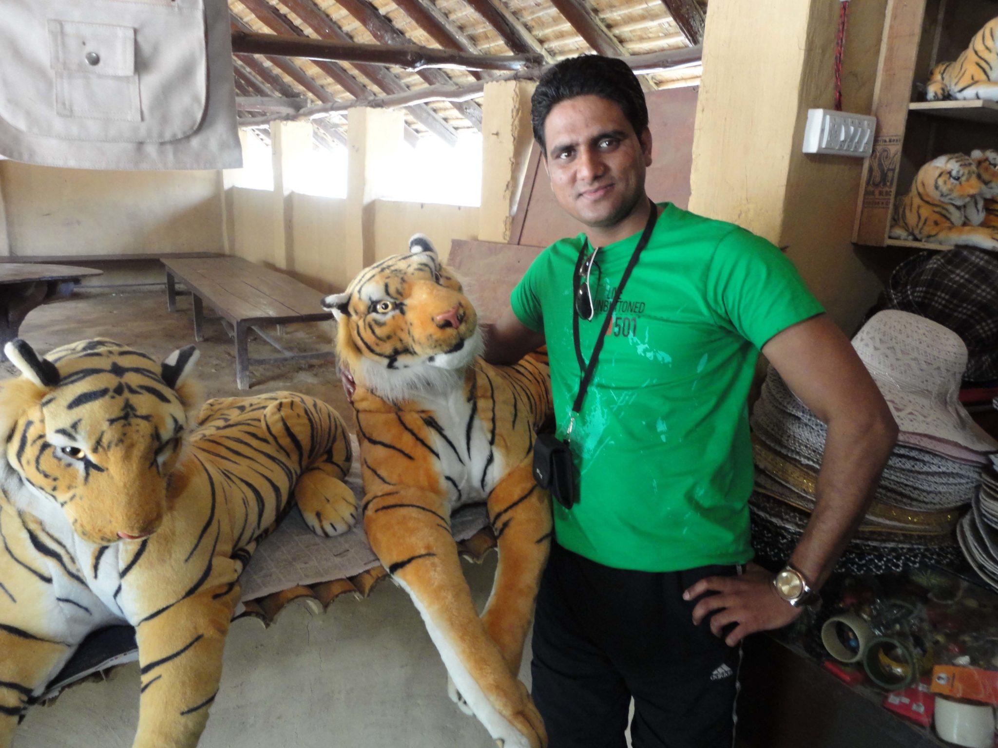 असली न सही लेकिन नकली शेर के साथ योगेश