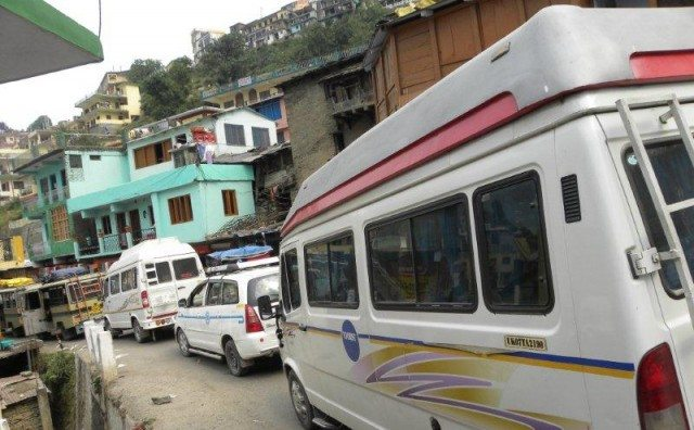 Long queue due to close of gate at Joshimath