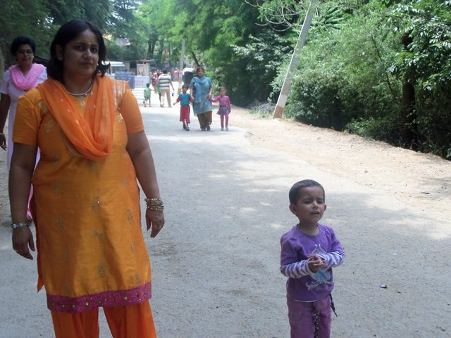 Pavani and her mummy negotiating the slope to Shankracharya temple