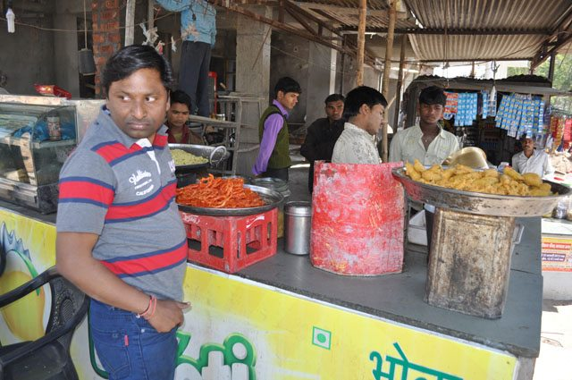 Getting Pakode for the journey to Mandu.