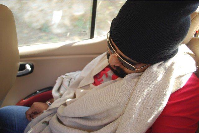 इतनी गहरी नींद की RayBan उतारने का भी टाइम नहीं मिला।