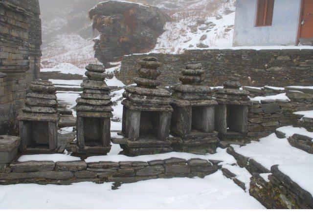 पाँच छोटे से मंदिर। शायद पांडव भाईयों को संभोदित करते हों।