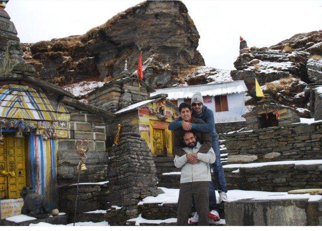मंदिर के आँगन मे। मैं, राहुल और हुज़ेफा।