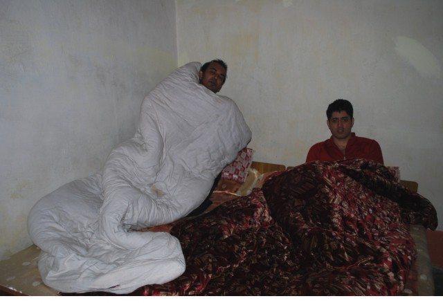 डबल-बेड के अंदर घुसपैठिये। (L-R Gaurav, Rahul)