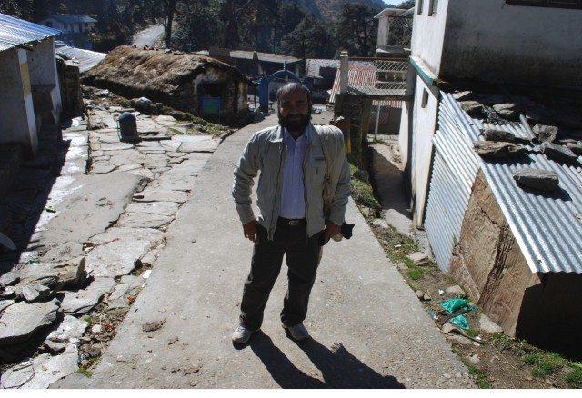 फोटो मे जो नीला गेट दिख रहा है वहीँ से तुंगनाथ की पैदल यात्रा शुरू होती है।