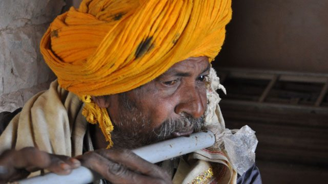 बाज़बहादुर महल में मौजूद बांसुरी वादक