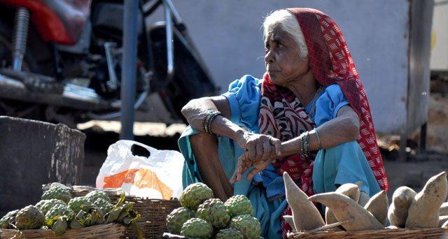 प्रसाद ले लो जी प्रसाद ! प्रसाद, इमली, शरीफा, फूल सब कुछ इस महिला के पास उपलब्ध है।