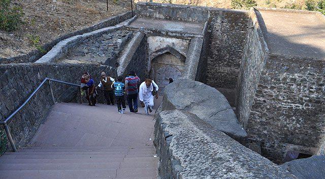 मंदिर तक पहुंचने के लिये इन सीढ़ियों से नीचे उतरना होता है।
