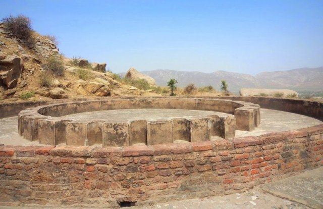 चैत्य गृह के समीप बनी परिक्रमा और अष्ठ कोणीय (26 Octagonal Pillars)  स्तम्भों  के सांचे