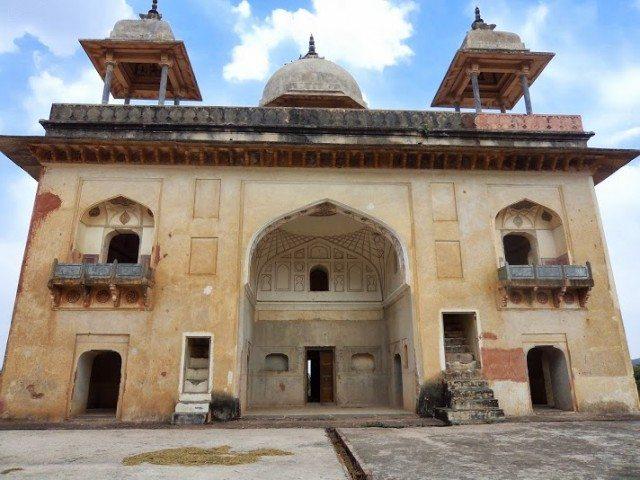 महल जिसके बीच में मुख्य प्रवेश द्वार एक गुम्बदाकार हाल में खुलता है ....इस चबूतरे के नीचे घुडसाल बनी है… दूसरी मंजिल पर चारो और कक्ष बने है जिनका आतंरिक प्रवेश हाल में खुलता है ...इन कक्षों में सुन्दर गवाक्ष बने हुए है ..और छत पर पांच सुन्दर छतरियां बनी हुई है