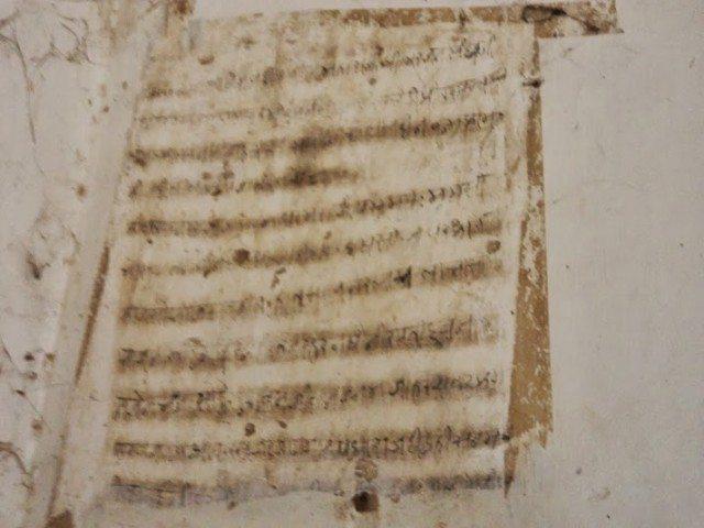 अरबी और हिंदी के लेख जो दीवारों पर उकेरे गए है
