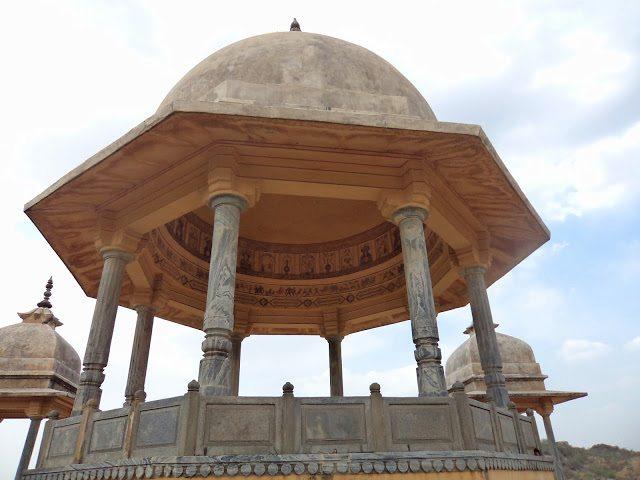 बीच में बनी विशाल छतरी और इसके चारो और चार छोटी छतरियां बनवाई गयी थी