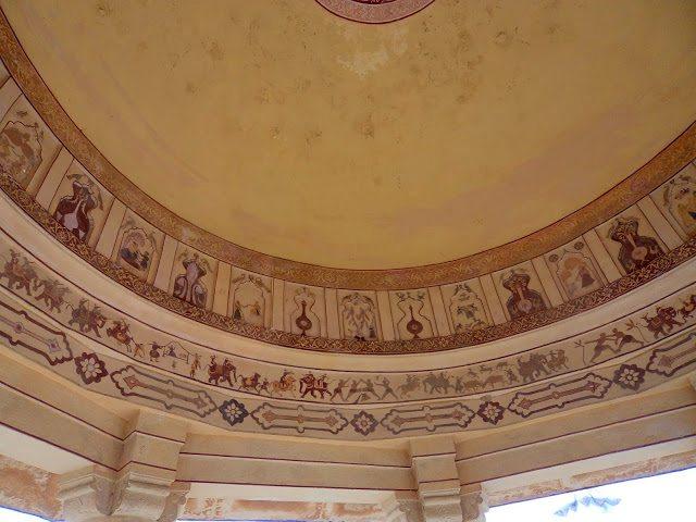 छत पर बनी बीच में सबसे बड़ी छतरी  है ... यह उसके अन्दर बनी चित्रकला है ..जो  अत्यंत मनमोहक है