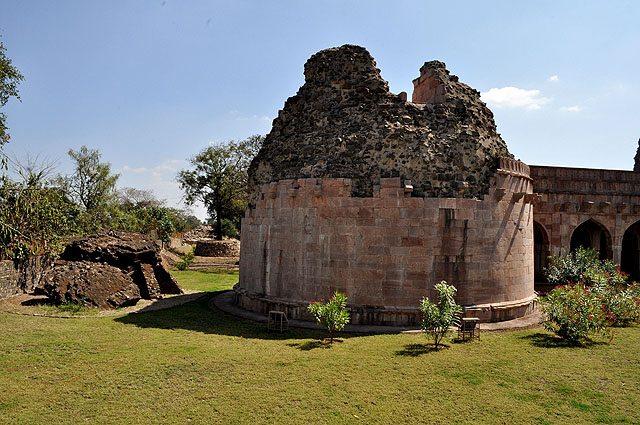श्रीराम मंदिर के बाहर अशर्फी महल के पास एक ढांचा