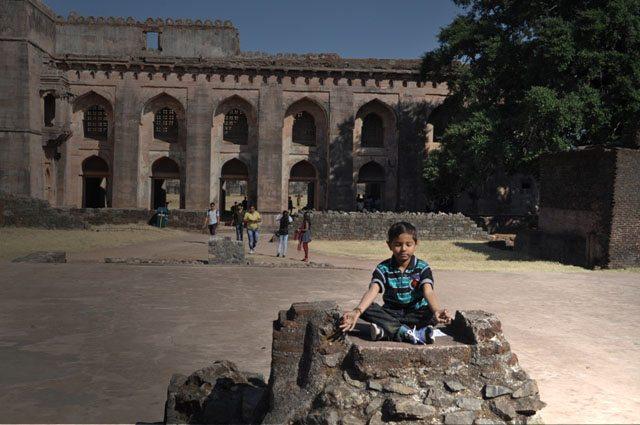 हिंडोला महल के बाहर ध्यान में लीन शिवम् !