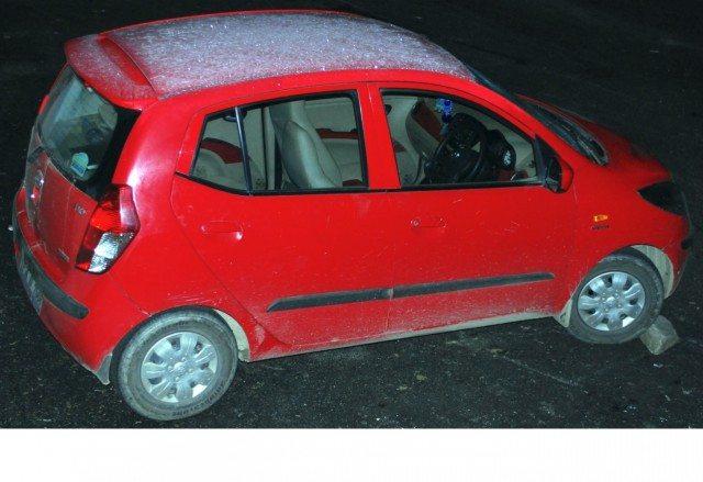 गाड़ी की छत पर बर्फ जमी हुई थी।