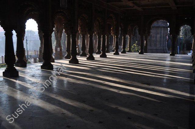 धूप-छांव - सभा मंडप में खड़े स्तंभ