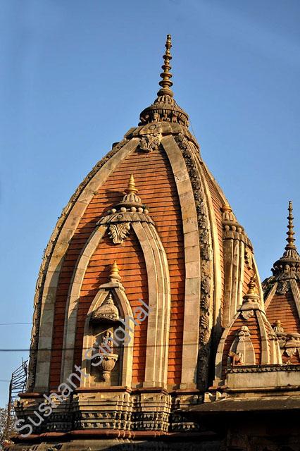 छतरी पर बने हुए गौरवशाली गुम्बद की कलाकारी दर्शनीय है।