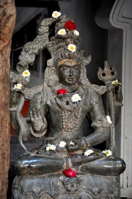 मंदिर में विराजे हुए भगवान शिव