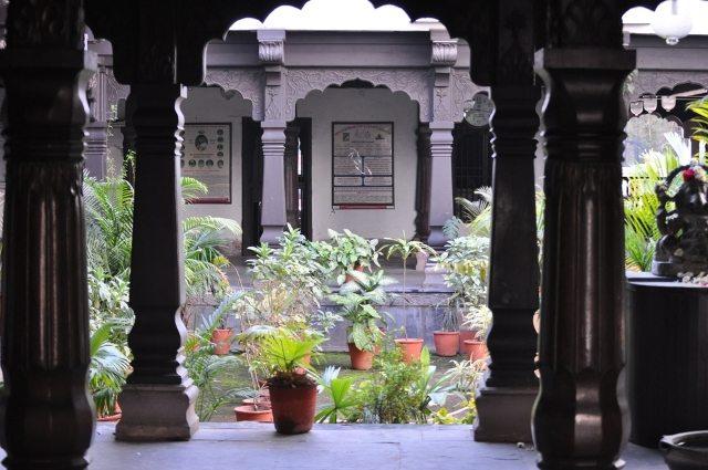 मंदिर में हरा भरा आंगन