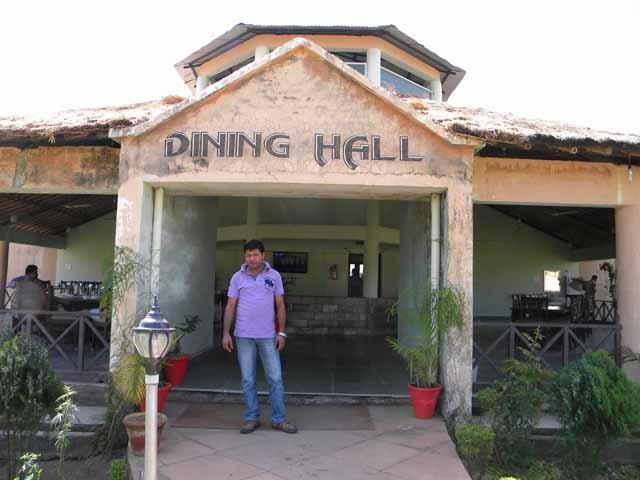 डाइनिंग हॉल के बाहर उदय