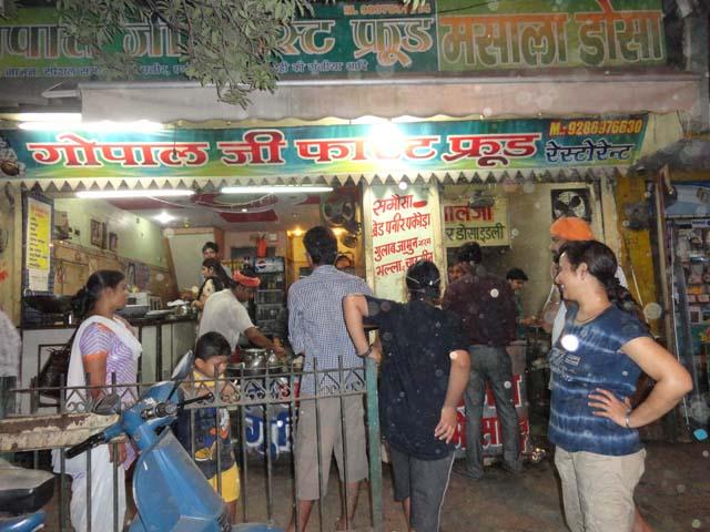 मथुरा में कचोडी, जलेबी  की मशहूर दुकान में