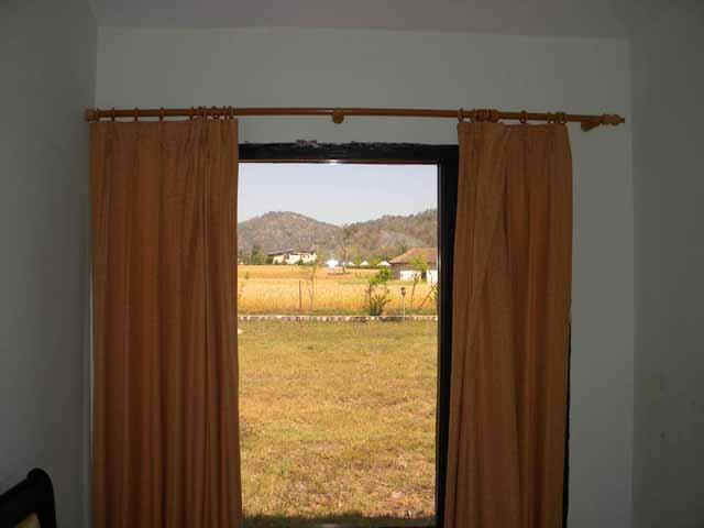 7. खिड़की से नजारा