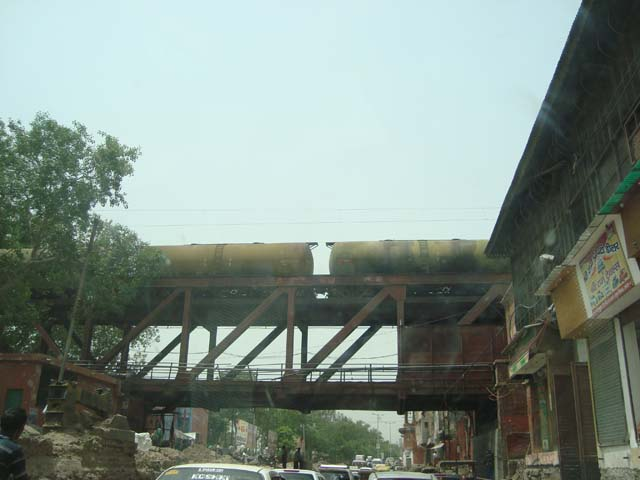 मथुरा से बाहर निकलते समय समय पुल से गुजरते मालगाड़ी के डिब्बे