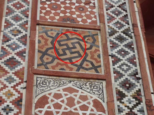मकबरे की दीवार पर उकेरा गया स्वास्तिक का चिन्ह