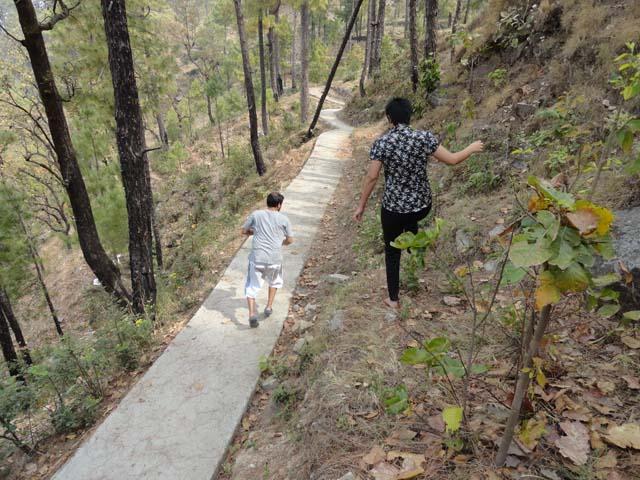 रिसोर्ट की बगल से पडोस के गाँव की तरफ जाता रास्ता