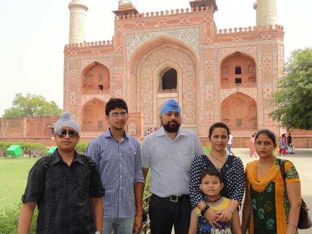 अपने और त्यागी जी के परिवार के साथ