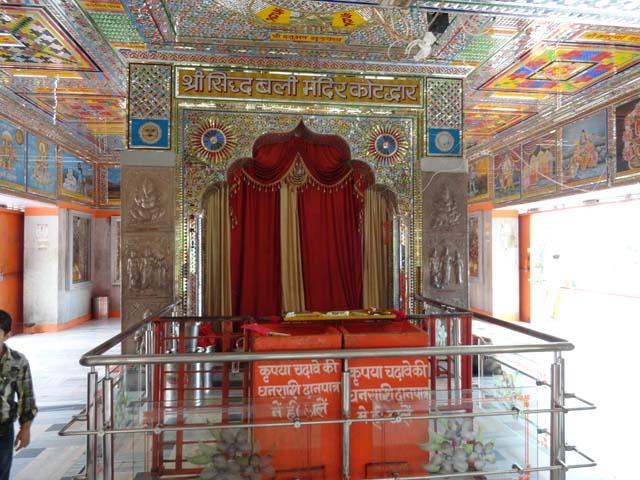 मन्दिर की अंदर से एक झलक