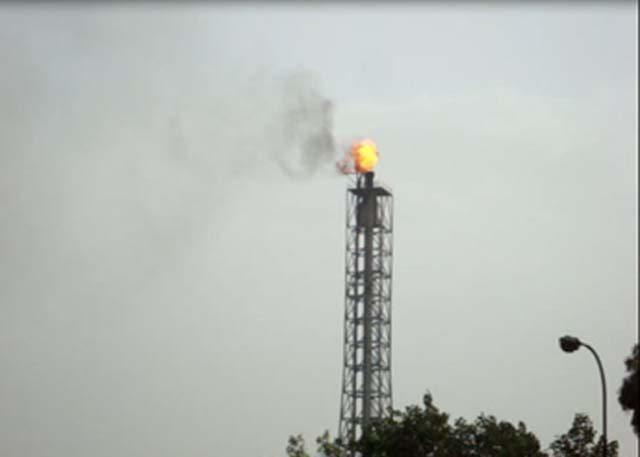 चलती कार से तेल रिफाईनरी की चिमनी से निकलती आग और धुंए का लिया गया फोटो, खास आपके लिए
