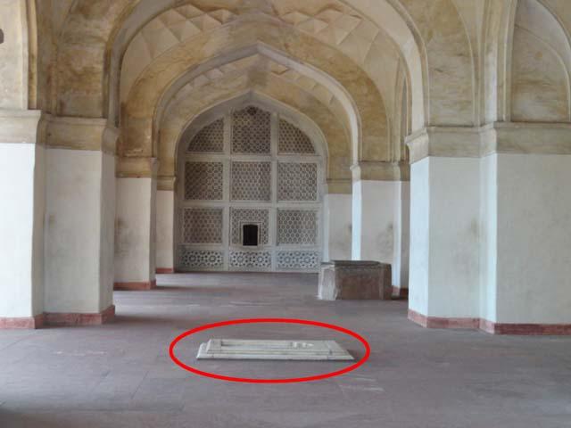 मकबरे के अंदर वह स्थान जहाँ से बोली गई आपकी बात मकबरे के दुसरे हिस्सों तक पहुंच जाति है
