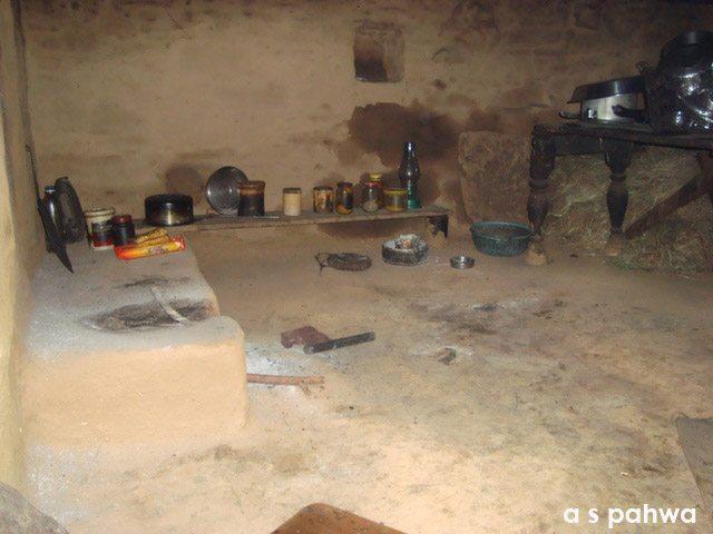 ऐसी थी गाँव की रसोई, सरल, साधारण मगर साफ़-सुथरी और सुरुचिपूर्ण