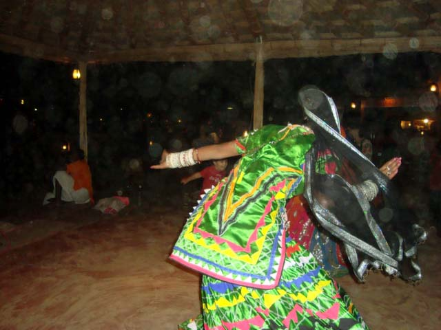 कालबेलिया नृत्य करते लोक नर्तक