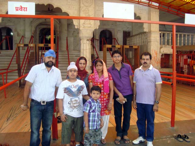 जयपुर में गणेश जी के मन्दिर के बाहर