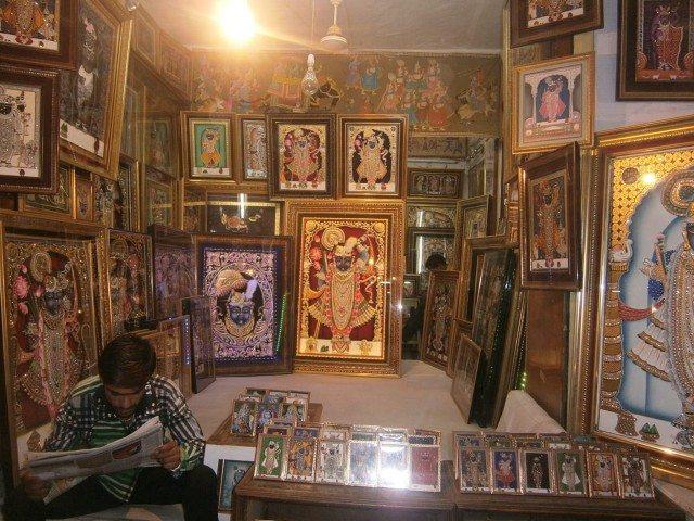 जय श्रीनाथ जी की तस्वीरों से सजी दुकान
