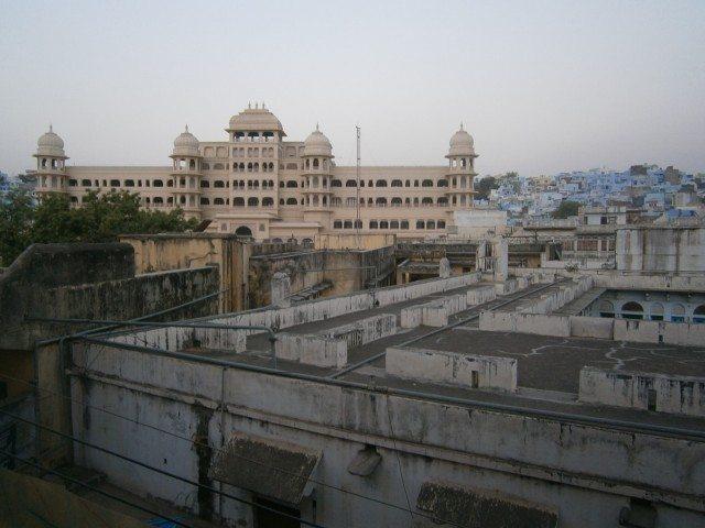 गेस्ट हॉउस से दिखाई देता नये मंदिर का निर्माणाधीन भवन