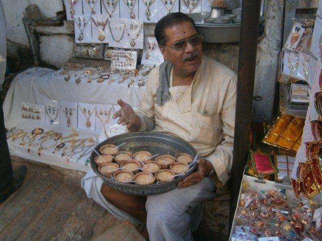 मंदिर के सामने रबड़ी (प्रसाद) बेचते महाशय
