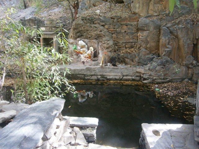धारेश्वर महादेव मंदिर के करीब एक कुंड