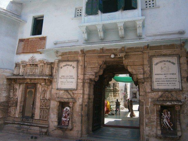 मंदिर प्रवेशद्वार