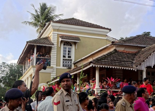 People crowding onto Balconies and Verandahs to catch the parade